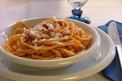 salsiccia,vino bianco secco,passata di pomodoro,pasta,olio extravergine di oliva,bucatini,sale,ottima anche al forno,ricetta,ricetta veloce,primo piatto