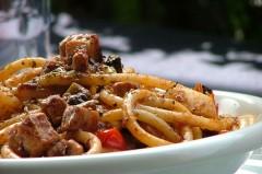 filetti di acciughe,succo di pomodoro,trancio di pesce spada,alici sott'olio,pomodorini,bucatini,origano,olive,acqua salata,ricette