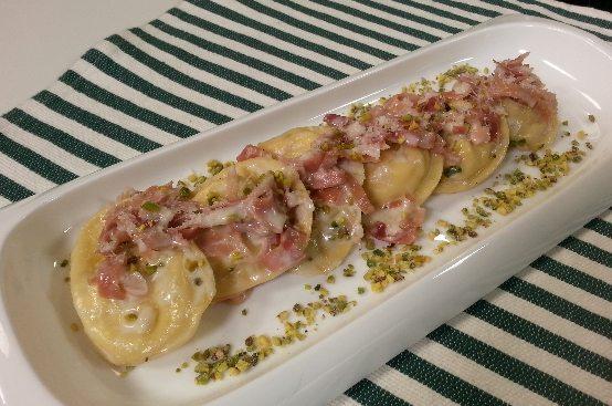 Ravioli con ricotta, speck e pistacchi